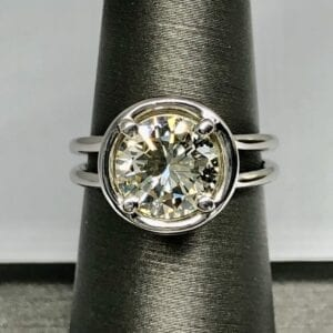 Diamond ring with round design and two bands