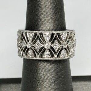 Diamond ring with sparkle patterns